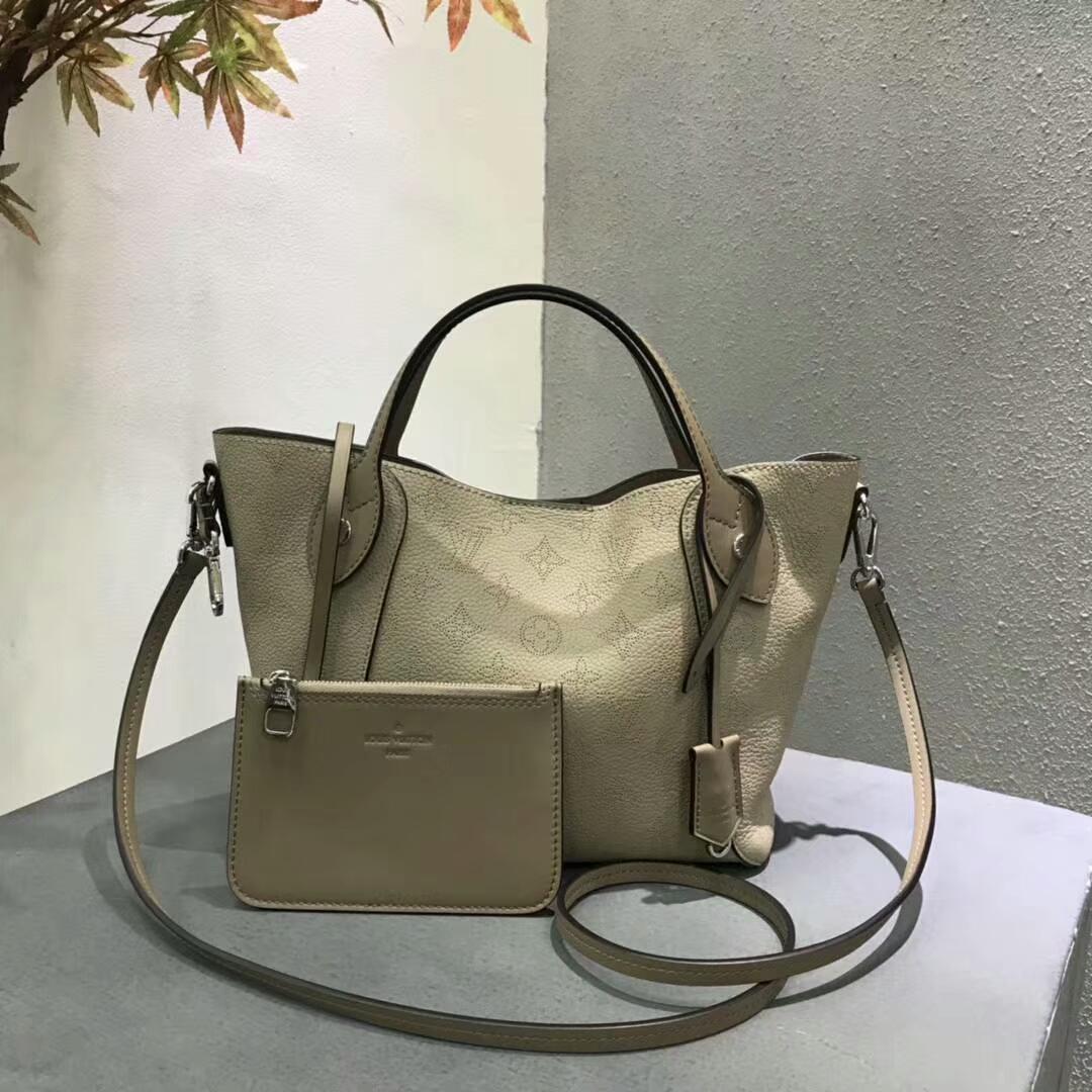 LV春夏新款 双重设计的Hina手袋54350 轻质舒适