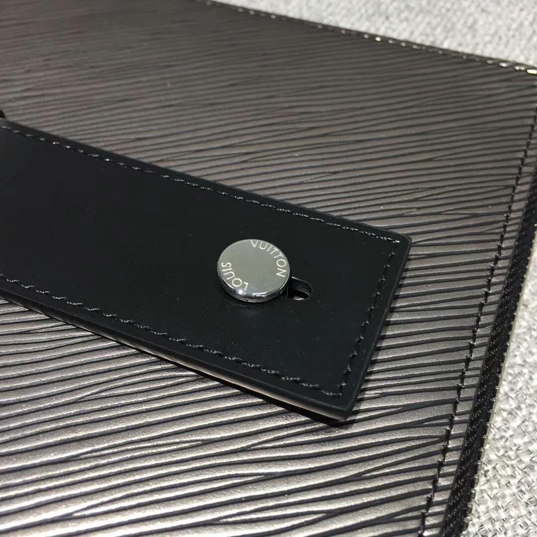 路易威登官网 Pochette Plate手袋62092 闪亮金属色Epi皮革裁制而成