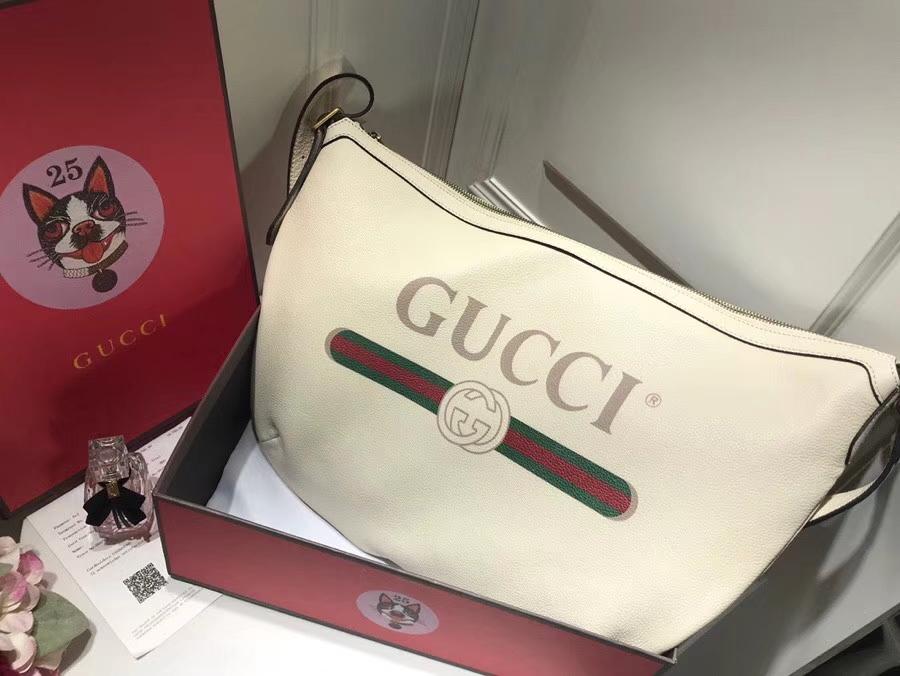 GUCCI全新推出 Gucci Print 系列半月形挎包 523588 白色,采用80年代复古标识印花 47.5×29×9cm