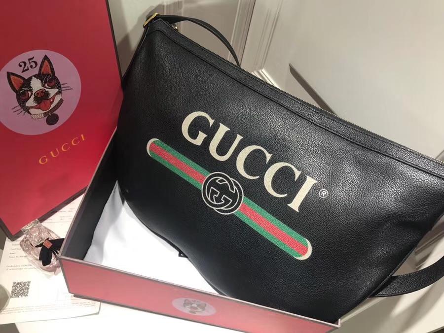 GUCCI全新推出 Gucci Print 系列半月形挎包 523588 黑色,采用80年代复古标识印花 47.5×29×9cm