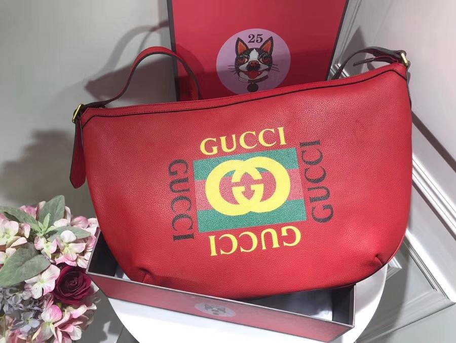 GUCCI全新推出 Gucci Print 系列半月形挎包 523588 红色,采用80年代复古标识印花 47.5×29×9cm