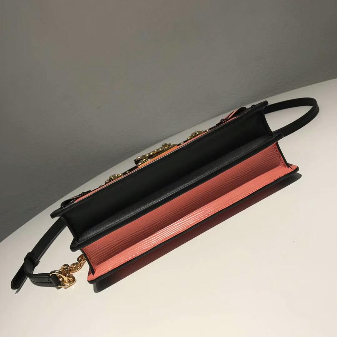 路易威登包包 LV复古设计软盒子 轻身容量大 红色