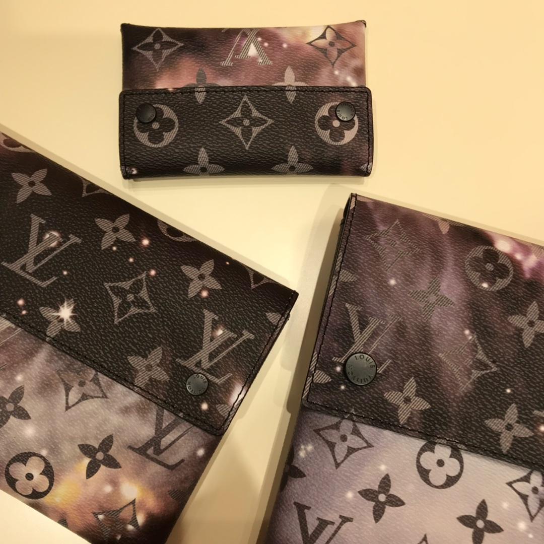 LV星空Galaxy系列三件套 经典百搭款式  Monogram材质的老花图案 再辅以深邃靓丽的星空银河