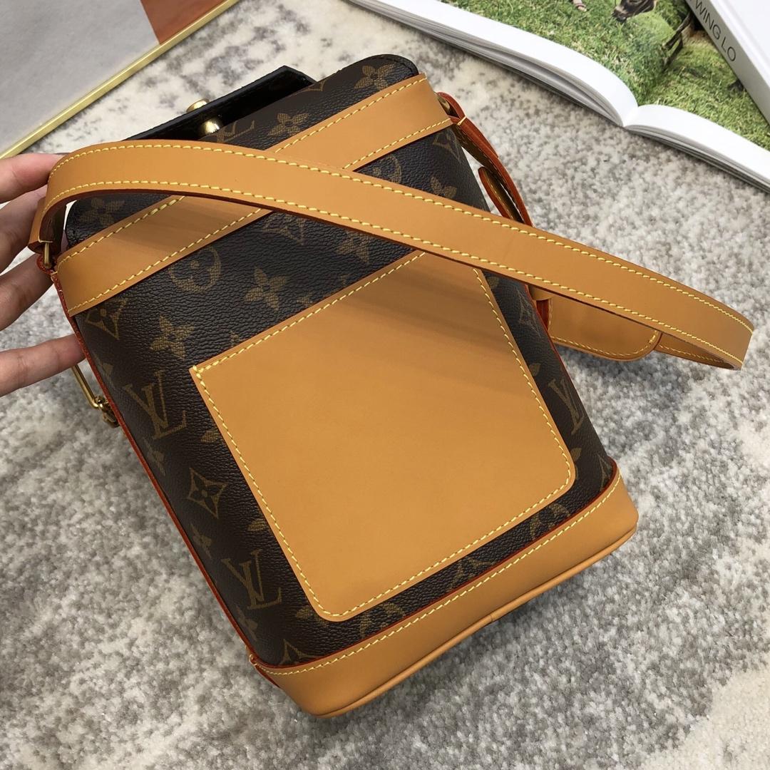 广州白云皮具城 2020年男士春夏系列饭盒包50132 老花搭配金链条