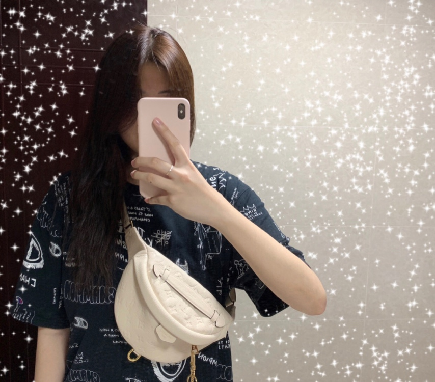 LV包包批发 全皮饺子包43646 时尚圈大热门 造型犀利