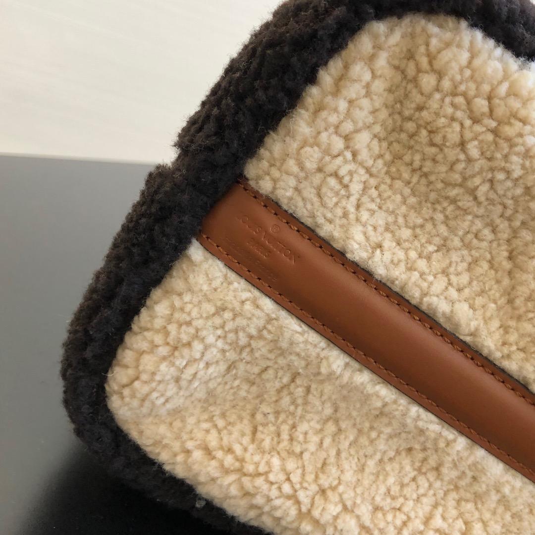 路易威登包包 秋冬毛毛枕头包61254 疯狂大logo羊羔毛系列