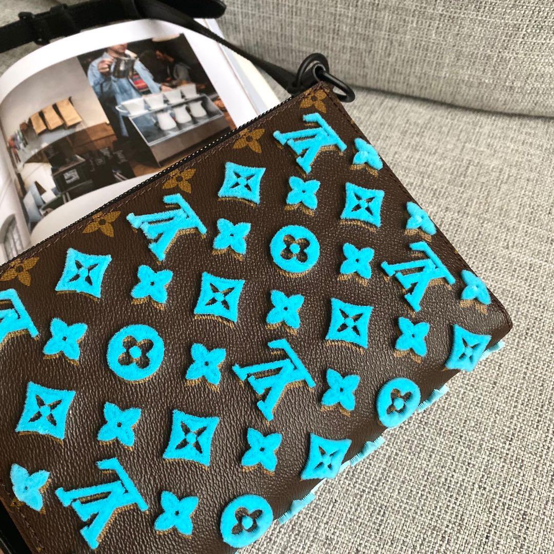 路易威登官网 2020春夏重磅设计全新包型三角包包50237 牛皮压纹和立体植绒两款面料