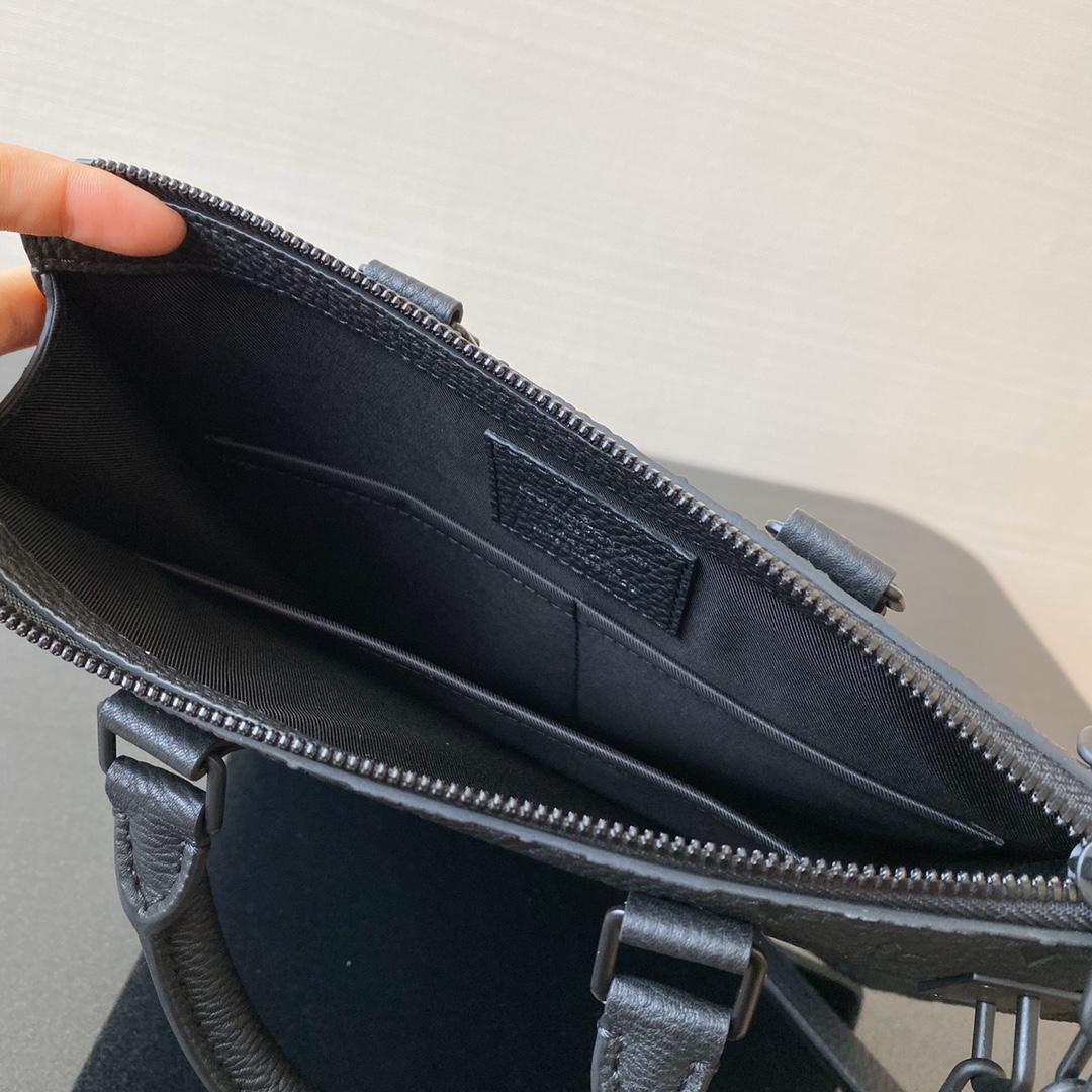 LV最博人眼球的竖款Tote Bag55891 经典压纹Monogram图案搭配金属环扣链条设计